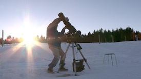 Daniel Fritsch installe un téléscope
