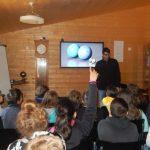 Maxime lors d'une présentation devant les élèves